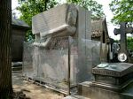 220px-Tomb_of_Oscar_Wilde,_Père_Lachaise_cemetery,_Paris,_France