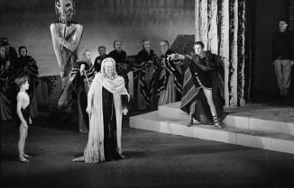 3rd November 1945: Laurence Olivier as Oedipus denounces the blind seer Tiresius, played by Ralph Richardson (1902 - 1983), in a dramatic scene from Sophocles' tragedy. Original Publication: Picture Post - 3030 - Oedipus Rex A Great Greek Tragedy - pub. 1945 (Photo by Merlyn Severn/Picture Post/Getty Images)